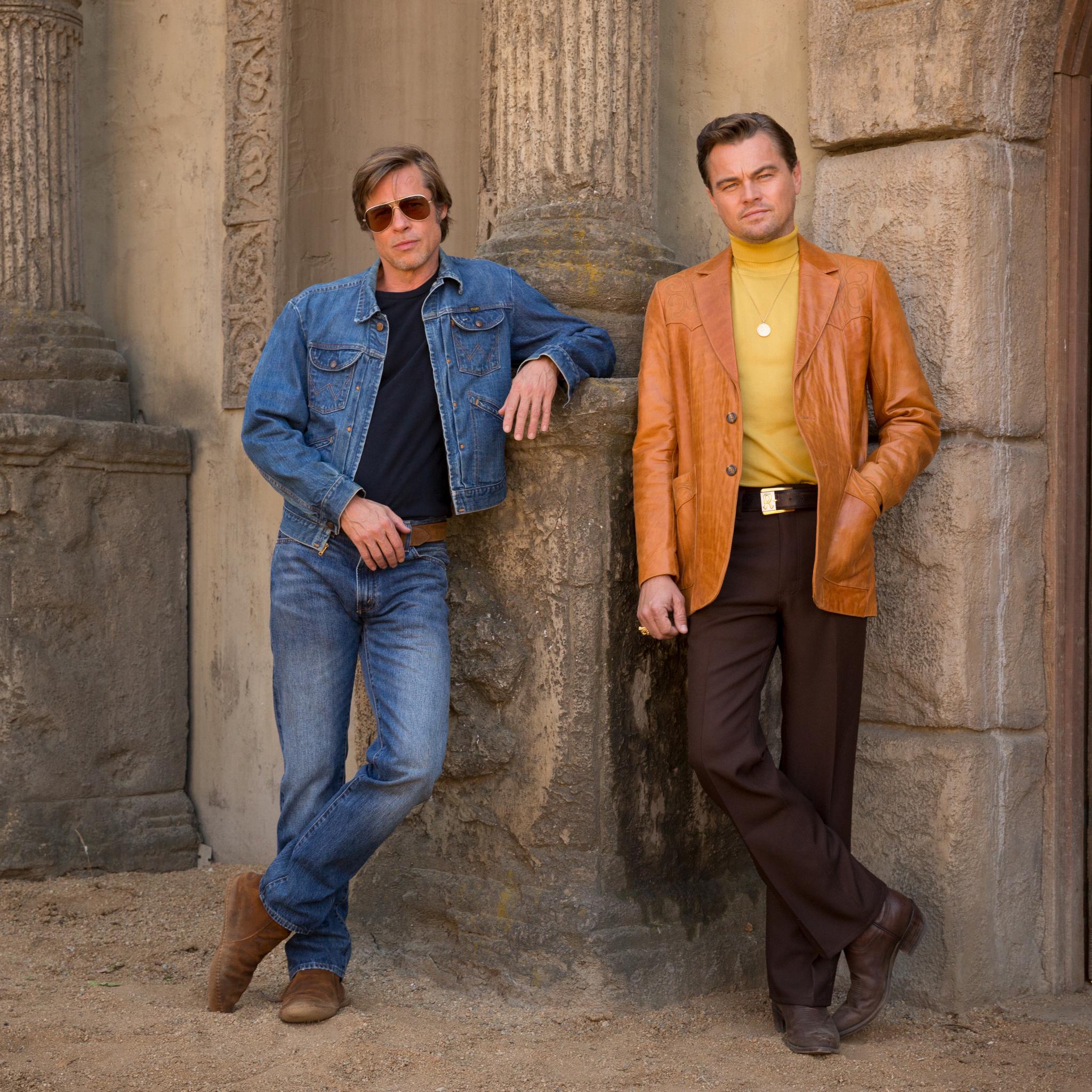 Leonardo DiCaprio divulga pôster de filme ao lado de Brad Pitt