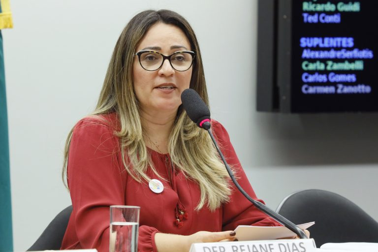 """Coluna """"De Olho"""":  Rejane apresenta projeto que torna abusivo aumento de preços"""