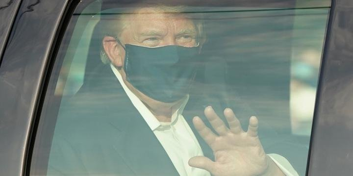Donald Trump deixa hospital ainda com Covid-19