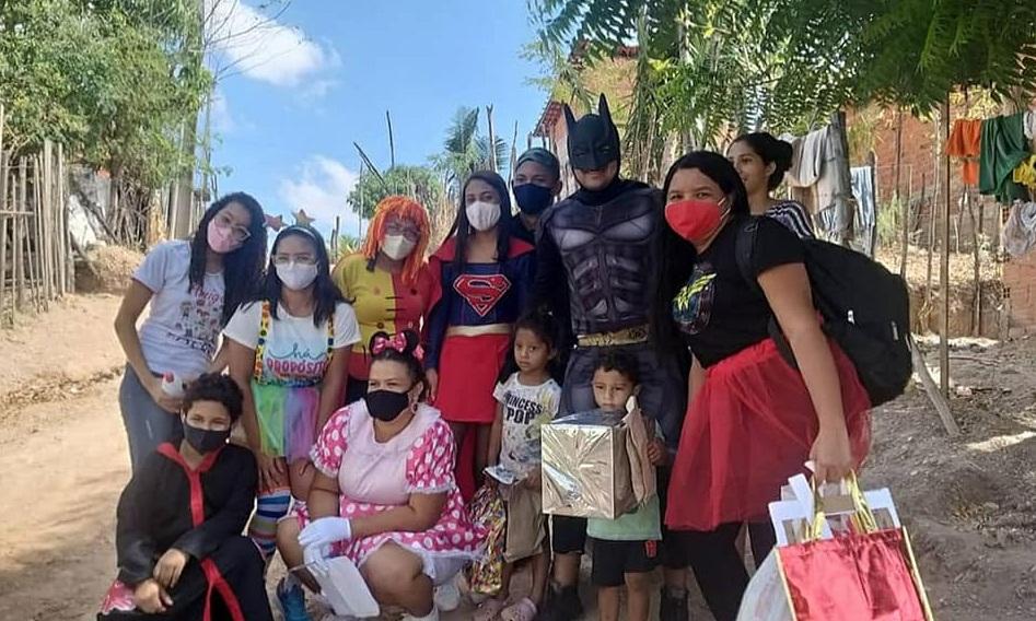 """Grupo """"Amigos em Ação"""" entrega presentes para crianças nas 5 zonas de Teresina"""