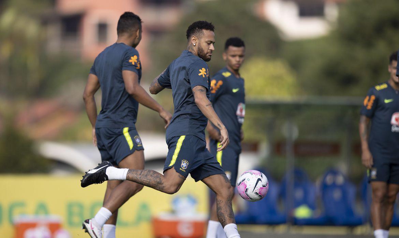 Neymar deixa treino da seleção brasileira com dores lombares